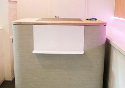 Höhenverstellbarer Counter mit Stoffbezug und Echtholzplatte